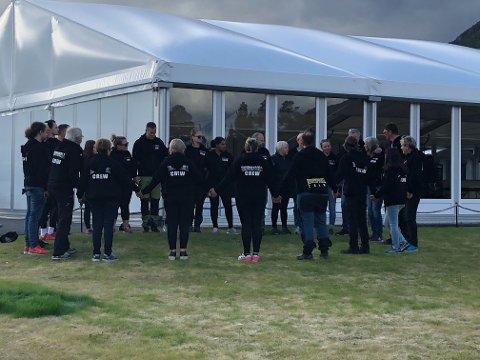 MØTTES I SORGEN: Det var minnestund på Kvenvikmoen søndag.