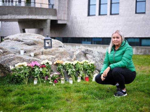 BERØRT: Johanne Marie Jakobsen (21) kjente fem av de seks omkomne i helikopterulykka. Her er hun utenfor Nordlyskatedralen, hvor det er lagt ut blomster for å minnes de omkomne.