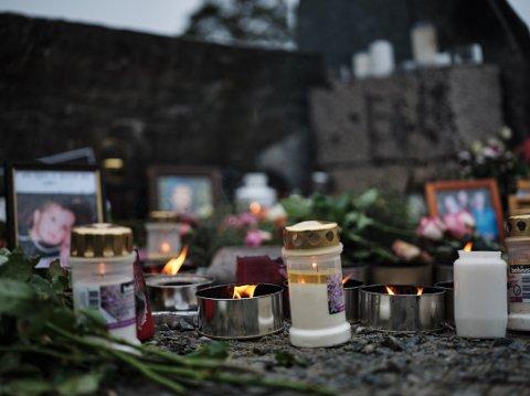 Blomster, lys og bilder på minnestedet på Kvenvikmoen etter helikopterulykka lørdag.