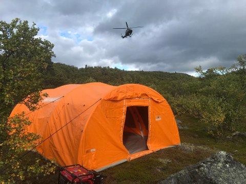 TELT: Det er satt opp et telt i området.