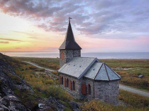 TYDELIGHET: Innsenderen minner om viktigheten av å snakke så folk forstår det. Illustrasjonsbildet av Kong Oscar 2s kapell i Sør-Varanger.