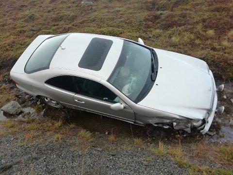 DYRE SKADER: Frontruten er bristet og forskjermen med mer er smadret etter trafikkulykke ved Hanselv lørdag.