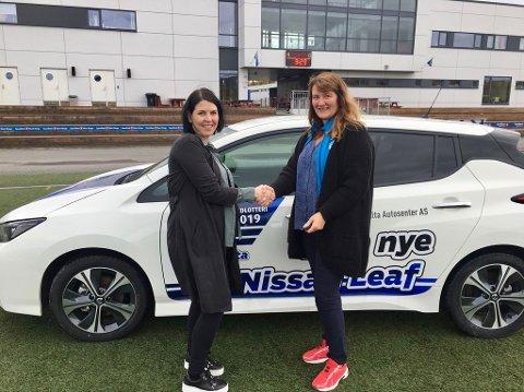 FORNØYD VINNER: Silje Skau(t.v.) blir gratulert av Merethe Knudsen, kontorleder i BUL håndball. Skau vant førstepremien i hovedlotteriet til BUL og ble den lykkelige eieren av en splitter ny Nissan Leaf.