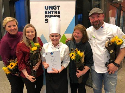 Bettina Marianne Johansen og Trine Marie Hansen vant årets kokkekamp. Hansen var ikke tilstede da vinnerbildet ble tatt.