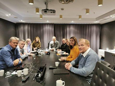 ENIGE: Ingen skoler skal legges ned og fylkessammenslåingen skal oppheves. Det har medlemmene av forhandlingsutvalget blitt enige om. På bildet ser vi fra venstre Ivar B. Prestbakmo, (Sp), Fred Johnsen (SP), Anne Toril Eriksen Balto (Sp), Randi Lillegård (Ap), Bjarne Rohde (SV), Katrine B. Gregussen (SV), Tommy Berg (SV), Stine Akselsen (Ap) og Bjørn Inge Mo (Ap).
