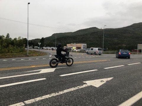 BLE MED: Mange kjøretøyer ble med fra Kvenvikmoen til Alta sentrum.