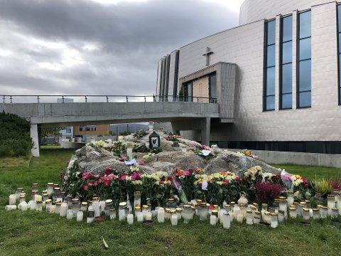 BLOMSTER: Det ble lagt ned masse blomster og lys utenfor Nordlyskatedralen etter helikopterulykken i Alta som krevde seks menneskeliv.