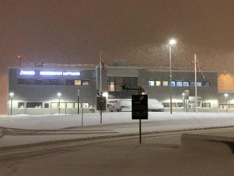 SNØVÆR: Tett snøfall sørget for at rullebanen på Hammerfest lufthavn ble stengt søndag kveld.