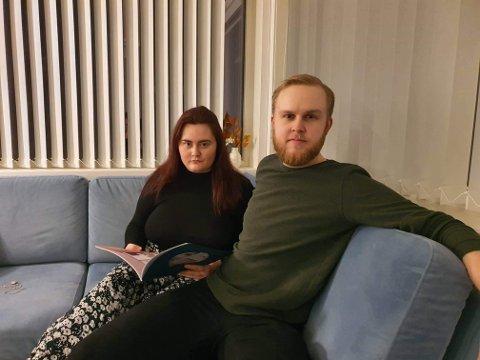 OPPGITT: Det unge paret Ida Teisrud og Tore Silkoset er oppgitte over måten de har blitt behandlet av megleren etter at de var og så på leilighet. – Megler ga oss først et tilbud og når vi takket ja til det, fikk vi beskjed om å legge inn bud, sier de.