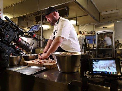 TV-TEAM: Tor-Emil Sivertsen eller Varangerkokken på folkemunnen ble nylig filmet av et kinesisk filmteam til et matprogram som går på Netflix.