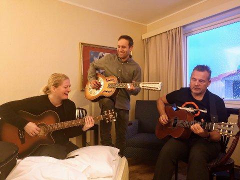 ØVER: Trude Øines, Jørn Fuller-Gee og Ketil Fuller-Gee må belage seg på noen ekstra timer med øving fremfor å spille på scenen i Hammerfest i dag.