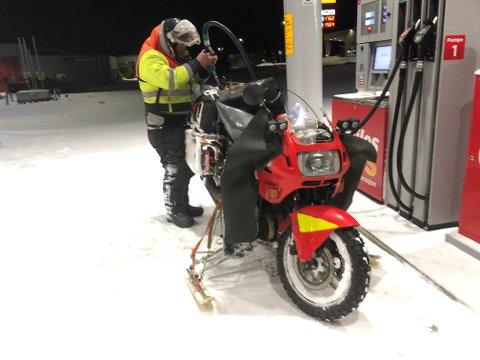 """""""PÅ SKI"""" TIL NORDKAPP: Juraj Farkas fra Slovakia er på tur til Nordkapp med denne doningen. Legg merke til støtte-skiene på siden av motorsykkelen."""
