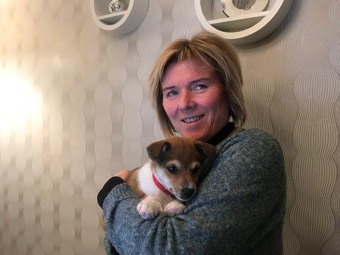 LUNDEHUND: Torill Olsen (56) hentet lundehund valpen Riina i begynnelsen av november. Hun har bare godt å si om rasen.