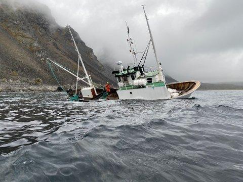"""PÅ LAND: Båten """"Odd Tore"""" ble kastet inn på land av store bølger ved Kinnarodden tirsdag kveld. Torsdag er det klart at båten ikke kan berges."""