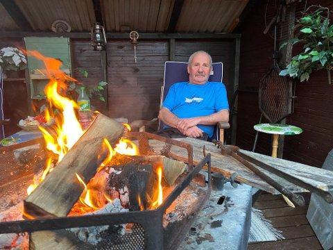 KOSER SEG PÅ HYTTA: Høsten på hytta ved Borsejohka har blitt brukt til bål og bærplukking. - Jeg har plukket mye tyttebær rundt hytta, sier Magnus.