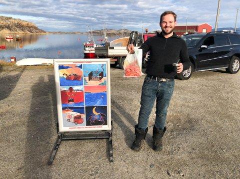 """NYE TANKER: Øyvind Hesjevik eier båten """"Havkatt"""". Han har fått laget en egen tegneserieplakat. Den skal sendes til butikkeiere som selger rekene hans, og den brukes også når han selv skal drive med torgsalg."""