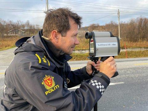 KONTROLL: Freddy Olaussen stod klar med laseren i Porsanger tirsdag.