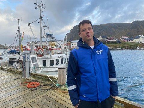 VENTER FORTSATT PÅ VANNET: Frank ArneYlänen hos Lerøy på Sørvær i Hasvik kommune er frustrert over at det nesten har tatt to uker å få friskmeldt vannet i fiskeværet.