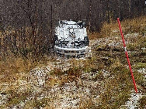 HAVNET I GRØFTA: To personer var i bilen da ulykken skjedde.