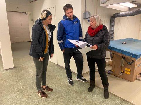 GÅR GJENNOM PLANENE: Laila Ingegerd Granholm,  Frank Arne Ylänen og Eva D. Husby skal sammen gjøre kjelleren til Joker Sørvær om til treningsrom.