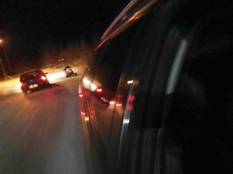 REAGERER: Her har et vitne til snøscooterkjøringen mellom bilene i Kautokeino tatt et bilde av episoden.