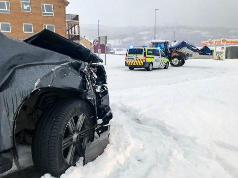 KRÆSJET: Denne pickupen fikk skader etter å ha kræsjet med en traktor i Talvik utenfor Alta.