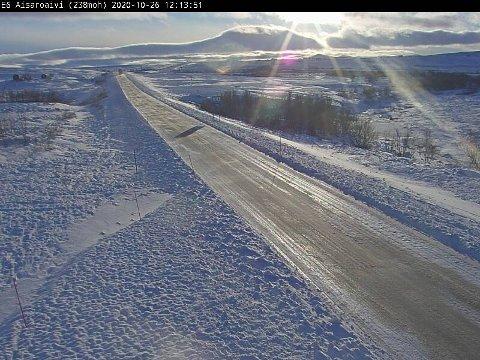 GLATT VEIBANE: Sennalandet er ett av flere steder i Finnmark det har vært meldt om glatte kjøreforhold mandag. Like etter klokken 12 ser man at solen har brutt gjennom skylaget.