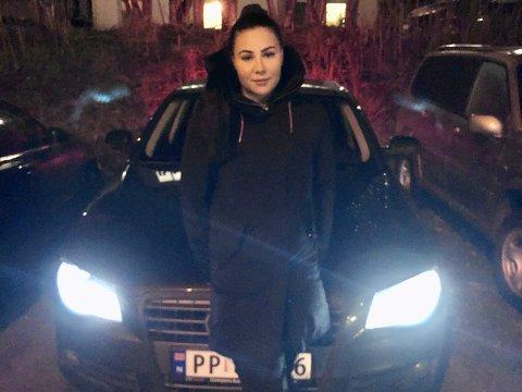 GLATT VEI: Charlotte Leinan (23) måtte få hjelp av en privatperson for å komme seg bortover gata.