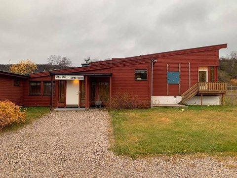 VURDERER NEDLEGGELSE: Sirbmá skole i Tana vurderes igjen å legges ned. Per i dag går fire barn på skole her.