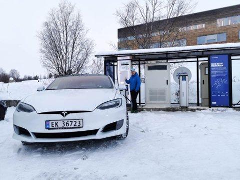 FORNØYD ELBILEIER: Kjell Roger Hætta fra Kautokeino var den første som ladet elbilen på den nye ladestasjonen i bygda.