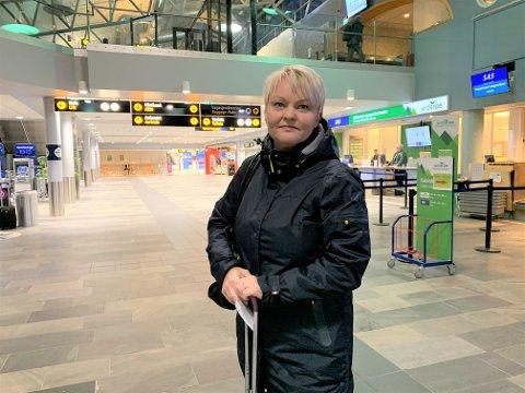 PÅ TUR HJEM TIL LAKSELV: Eli Ann Jolma fra Lakselv fotografert på lufthavna i Tromsø, før hun skal gjøre et nytt forsøk på å komme seg hjem.