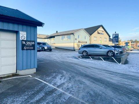 LAGT UT FOR SALG: Løkkeveien 6 i Alta er nå lagt ut for salg. I dag har blant annet Graavenid sin butikk på denne adressen.