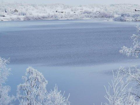 HER SKJEDDE DØDSULYKKEN: Som vi ser på bildet Jan Ole Buljo tok av Kautokeinelva denne uka, så er den forsatt fri for is på samme området der katastrofen skjedde for 52 år siden. Da onkelen hans kjørte gjennom isen, hadde den ligget på elva i to uker. Likevel gikk det forferdelig galt.