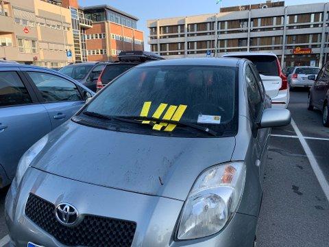 HOPET SEG OPP: Parkeringsgebyrene ballet på seg på denne finskregistrerte bilen på Alta sentrum. Nå er bilen fjernet.