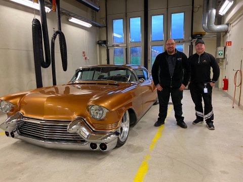 FINT EKSEMPLAR: Det å kontrollere en Cadillac fra 1957, er en sann glede for seniorinspektør Raymond Dervo (til høyre). Her sammen med eier av bilen, Kjell Ivar Seipajærvi.