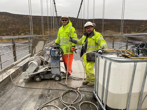 JOBBER MED RIVING: Lars og Hans Pedersen fra Pedersen betongsaging.