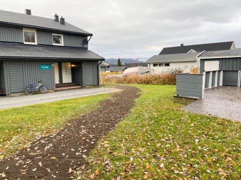 IKKE FÅTT LOV: Signal Bredbånd har tatt seg til rette og gravd ned fiberkabel her hos Fjellvåkveien borettslag i Alta – uten tillatelse.