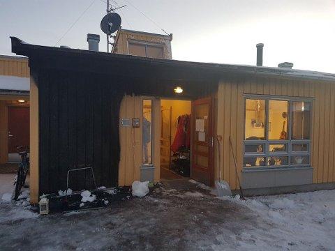BRANNTILLØP: Slik så det ut da en putekasse ved veggen tok fyr. Flammene ble raskt slukket, men de ansatte er bekymret for lignende hendelser dersom de mister en ansatt på jobb kveldstid.