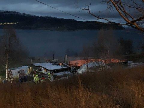 RUIN: Slik ser branntomta ut like over klokka 07:30 tirsdag morgen. Brannvesenet jobber enda på stedet hvor vinden holder liv i flammene.