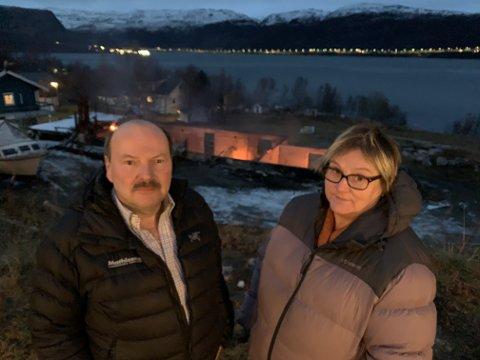OPPRØRT: Arnfinn Olufsen og Synnøve Nilsen  er samboere og nærmeste nabo til branntomta. Nattens hendelser har satt preg på de begge.
