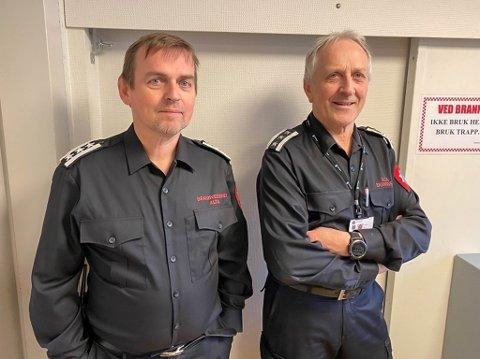 LÆREMESTER: Den tidligere brannsjefen i Lebesby kommune, Frank Olav Pettersen, har nå tatt over brannsjefstillingen til Knut Suhr i Alta kommune. I de kommende månedene skal Suhr lære opp Pettersen på hans nye arbeidsplass.