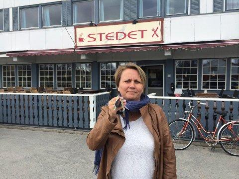 NØKKELPERSON: I 2014 ville en sint direktør Aina Borch gi nøklene til Porsanger vertshus til daværende ordfører Knut Roger Hanssen. I 2020 vil en langt blidere ordfører Aina Borch kjøpe vertshuset, og få nøklene til odel og eie.
