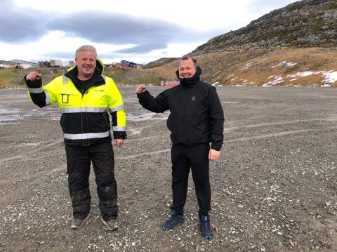 JUBEL: Daglig leder Bjørn Johansen i R. Johansen AS (til venstre) og styreleder Roy Skog i Hammerfest Arena jubler for at grunnarbeidet til Vår Energi Arena startet 2. november. Foto: Trond Ivar Lunga
