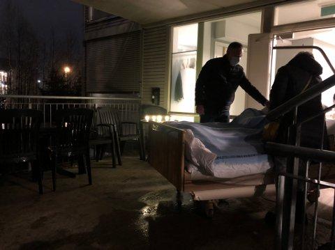 Per Henning får være hos moren til hun sovner inn, utendørs på en balkong på Gystadmyr. På et bord har de ansatte tent lys.