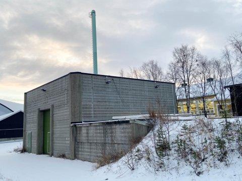 SKAL RIVES: Dette bygget har tidligere vært brukt som fjernvarmeanlegg. Nå har Jonas Haugen planer om å bruke tomten til andre næringsformål, og da må det reises et nytt bygg på tomten.