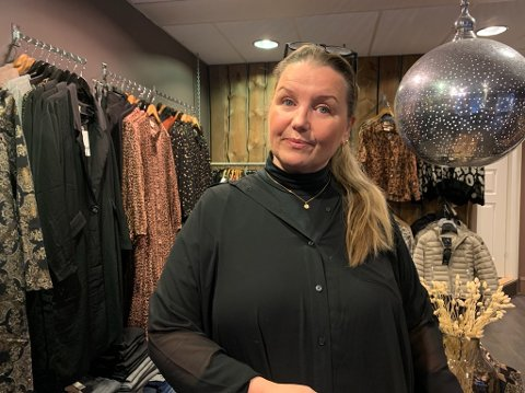 BEKYMRET: Janne Matjiesen driver klesbutikken Topp til Tå, i Honningsvåg og Gøts i Alta. Hun er bekymret for tiden fremover, men håper i det lengste på en god julehandel. Men noe Black week vil hun ikke være en del av.