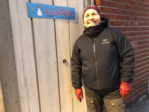 """JULESPREK: Torsdag satte Aina Borch opp skilt for trimløypa """"Julesprek"""" i Lakselv. Nå satser ordføreren sprekt på hotelldrift i Lakselv. Og da må hun sette opp nye skilt, for Porsanger vertshus skal bytte navn."""