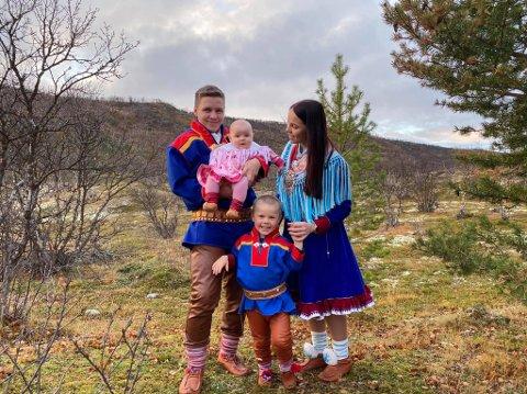 FLYTTET HJEM TIL TANA: Daniel Hansen (32) sammen med samboer Alexandra Smelror (28), Emilian Smelror Hansen (3)  og Adelén Smelror Hansen (1 1/2).