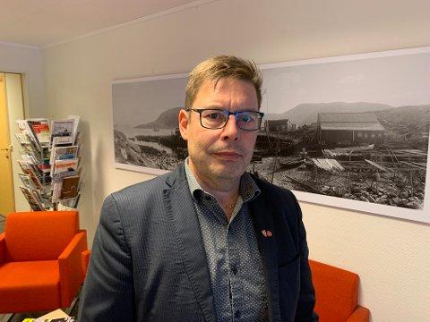 Bernth Sursjen er ordfører Måsøy. Han fikk høre allerede mandag kveld at det kunne være en person fra hans kommune som var omkommet i en ulykke i Troms søndag. Tirsdag ble det bekreftet.