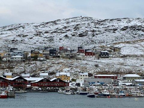 UNNGÅR SMITTE: Havøysund kommune har hatt et større smitteutbrudd i helgen. Nå står folk i kø for å ta koronatester og folk holder seg hjemme til onsdag.